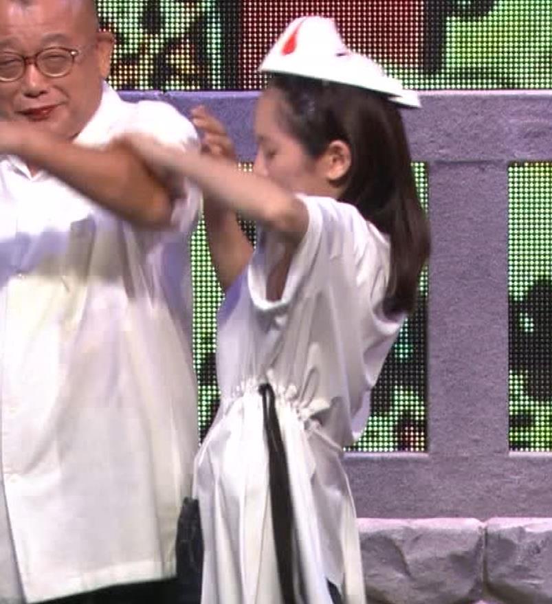 吉岡里帆 自分のおっぱいをつかむキャプ・エロ画像4
