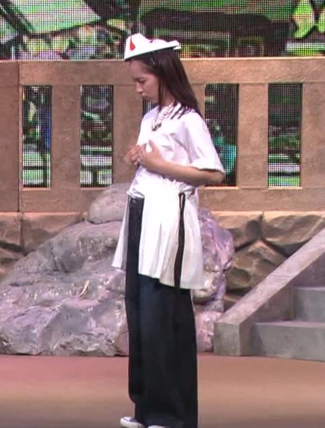 吉岡里帆 自分のおっぱいをつかむキャプ・エロ画像7