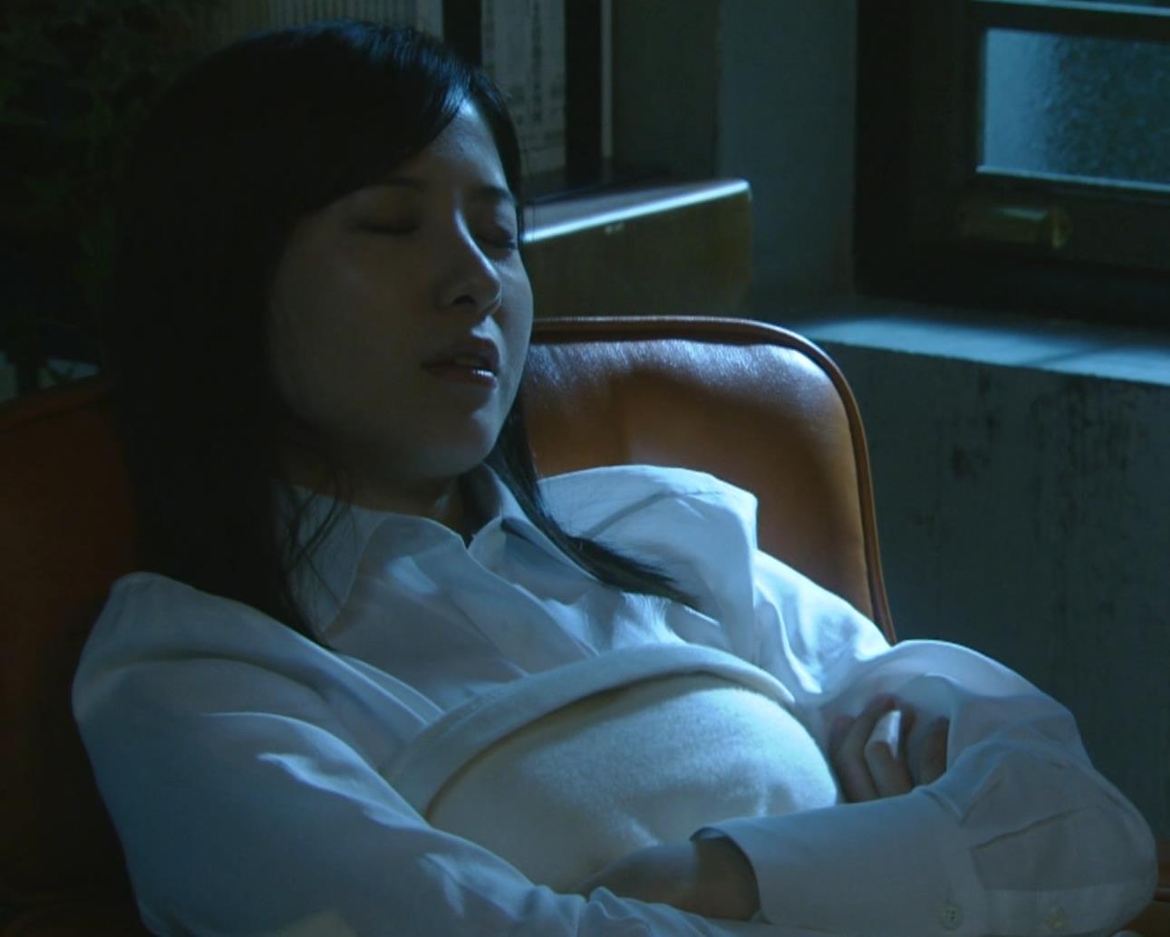 吉高由里子 おっぱいがエロい寝方と濃厚キスシーンキャプ・エロ画像