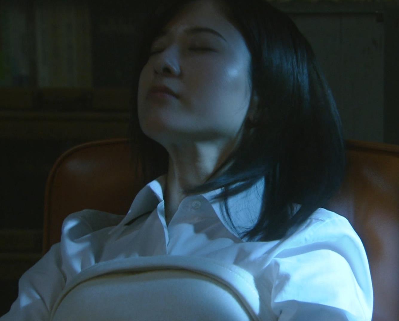 吉高由里子 おっぱいがエロい寝方と濃厚キスシーンキャプ・エロ画像2