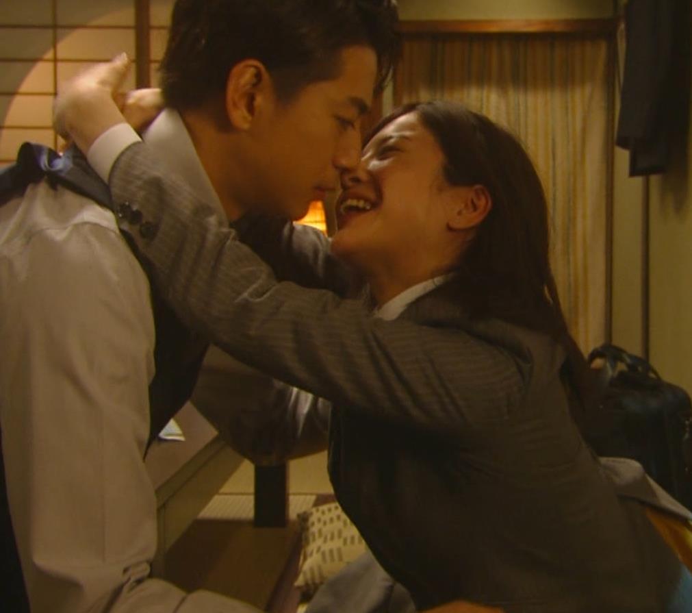 吉高由里子 おっぱいがエロい寝方と濃厚キスシーンキャプ・エロ画像8