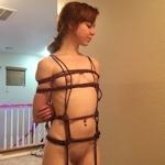 アメリカの美少女ポルノスター Bunnie Hughes の自分撮りヌード&初緊縛ヌード画像