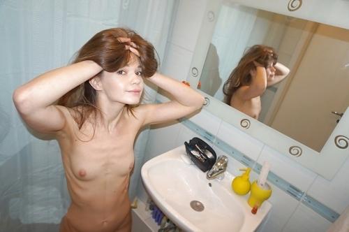 微乳&パイパンな西洋美少女のヌード画像 3