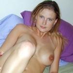 ガールフレンドの金髪西洋美女が服を脱いでく所を撮影したヌード画像