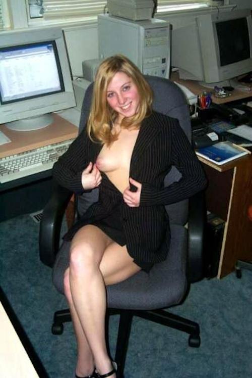 金髪美人OLがオフィスで服を脱いでるヌード画像 3