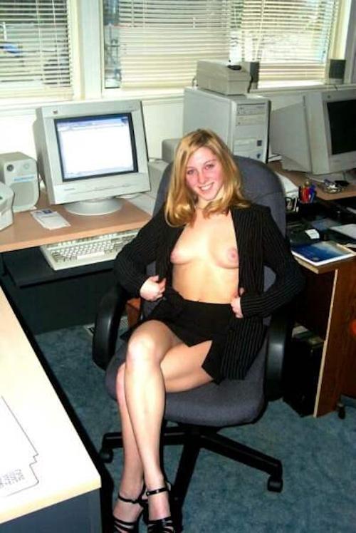 金髪美人OLがオフィスで服を脱いでるヌード画像 4