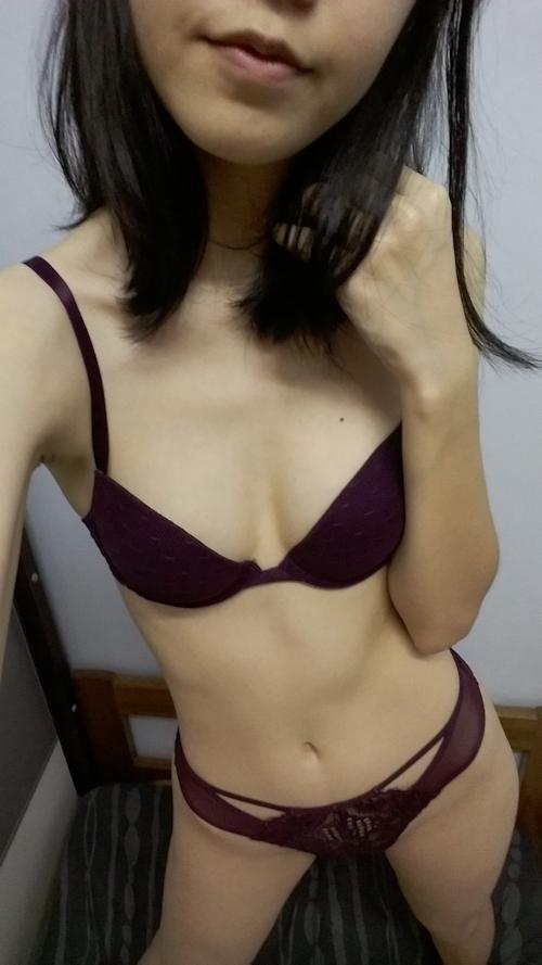 スレンダーなアジアン美少女の自分撮りヌード画像 1