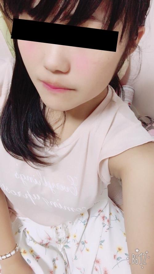 巨乳な日本の素人美少女の自分撮りヌード画像 1