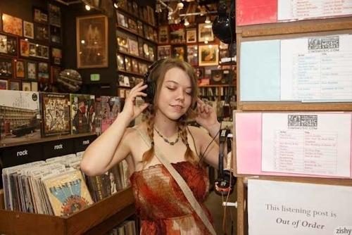 レコードショップでおっぱいを露出している西洋巨乳美女の画像 2