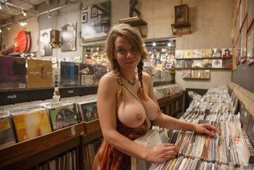 レコードショップでおっぱいを露出している西洋巨乳美女の画像 9