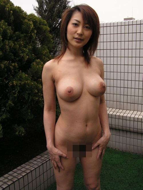 巨乳な日本の美熟女のプライベートヌード画像 4
