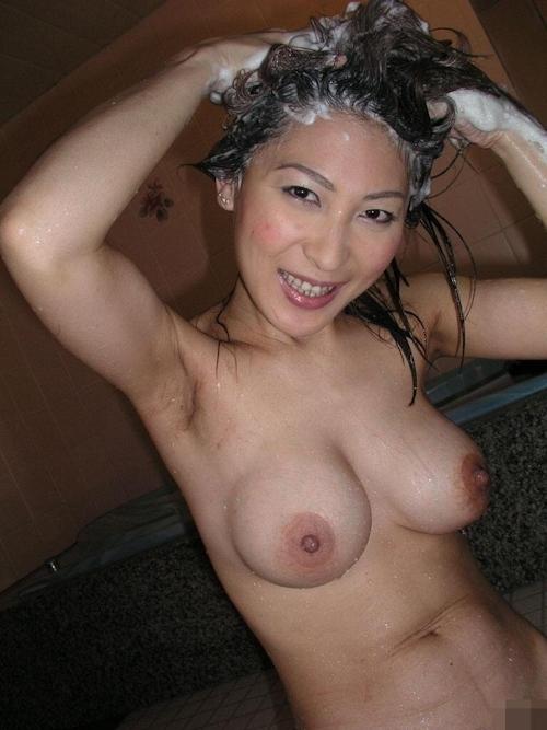 巨乳な日本の美熟女のプライベートヌード画像 5
