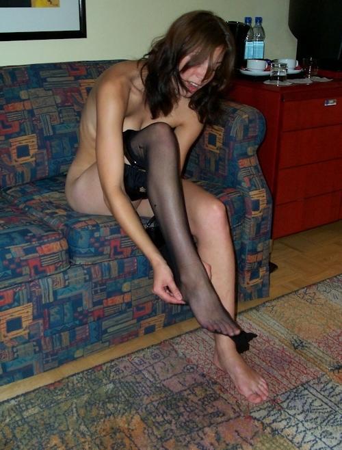 ガーターベルトを履いたオランダの巨乳素人美女のヌード画像 6