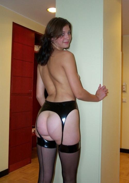 ガーターベルトを履いたオランダの巨乳素人美女のヌード画像 10