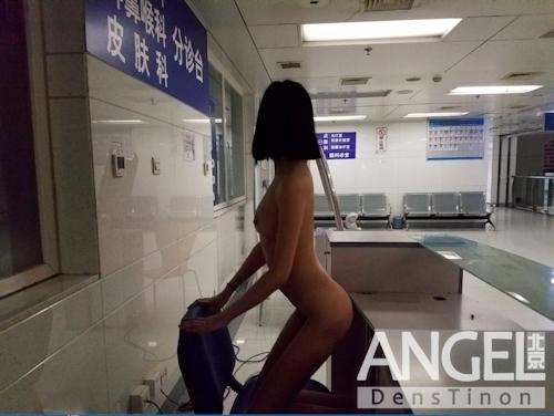 スレンダー美乳な中国素人女性が野外露出プレイしてるヌード画像 5