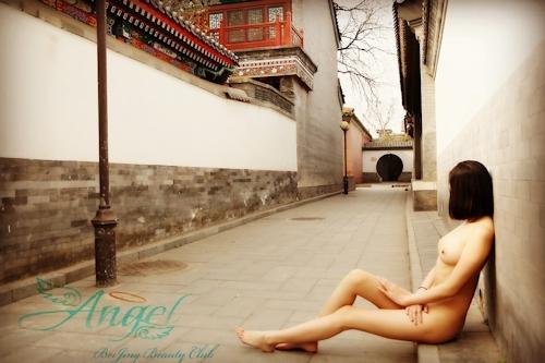 スレンダー美乳な中国素人女性が野外露出プレイしてるヌード画像 9