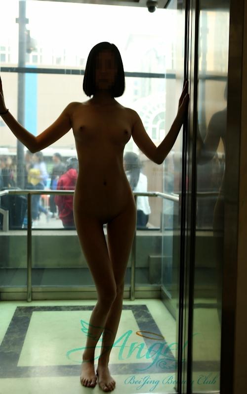 スレンダー美乳な中国素人女性が野外露出プレイしてるヌード画像 11