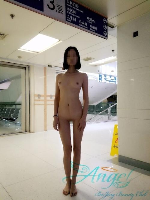 スレンダー美乳な中国素人女性が野外露出プレイしてるヌード画像 14