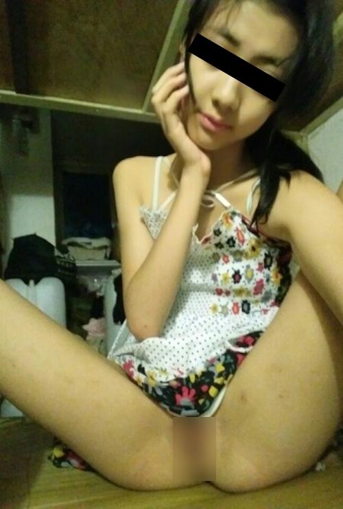 スレンダー微乳&パイパンなアジア系素人美少女の自分撮りヌード画像 1