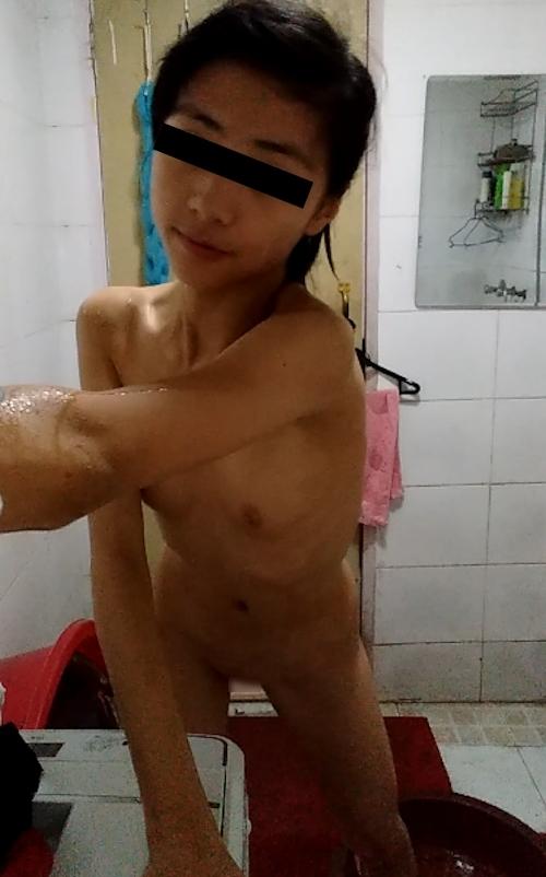スレンダー微乳&パイパンなアジア系素人美少女の自分撮りヌード画像 4