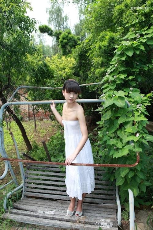 スレンダー美乳な中国美女の野外ヌード画像 1