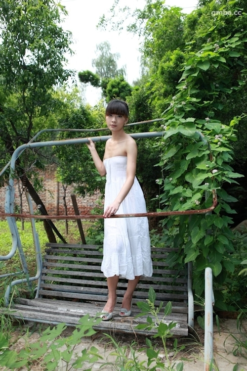 スレンダー美乳な中国美女の野外ヌード画像 2