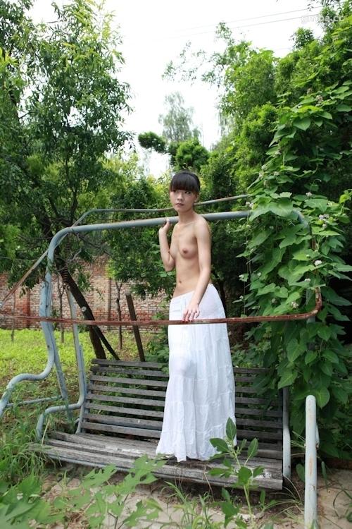 スレンダー美乳な中国美女の野外ヌード画像 4