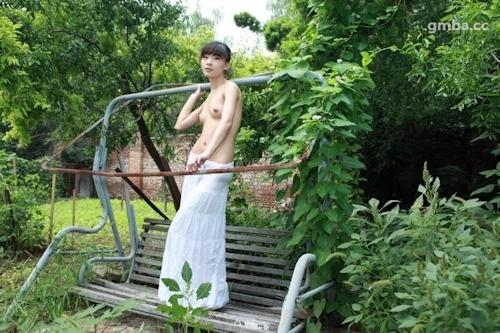 スレンダー美乳な中国美女の野外ヌード画像 11
