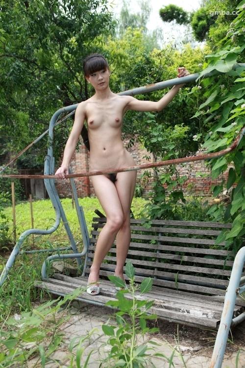スレンダー美乳な中国美女の野外ヌード画像 14