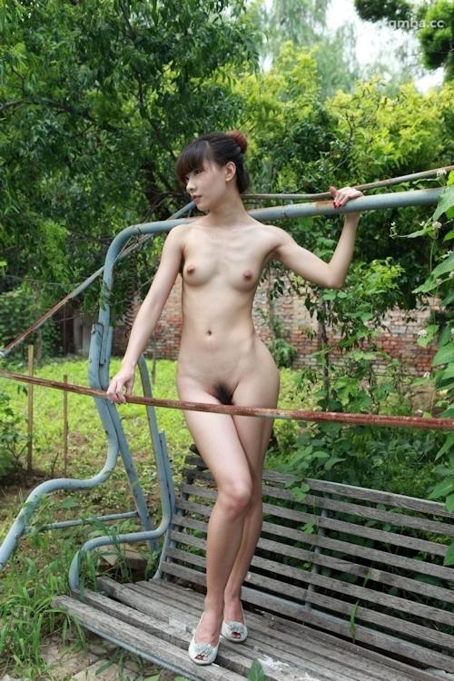 スレンダー美乳な中国美女の野外ヌード画像 15
