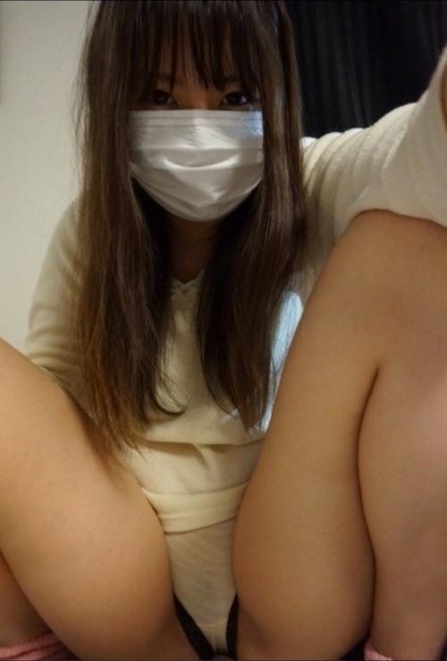 マスクをした素人美女の自分撮りパンティ画像 1