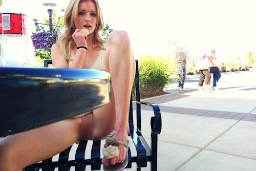 ノーパン金髪美女がマ○コを見せてる画像 2