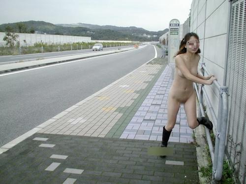 美乳な日本の素人女性の野外露出ヌード画像 1