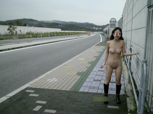 美乳な日本の素人女性の野外露出ヌード画像 2