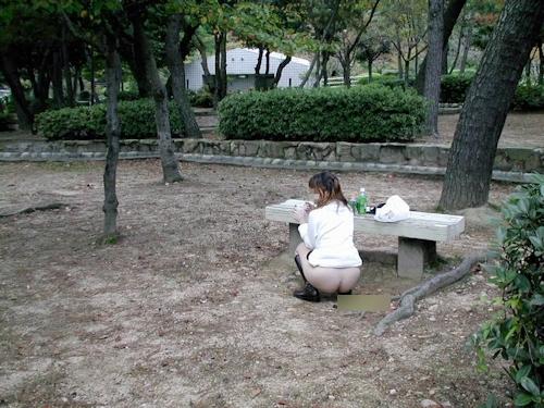 美乳な日本の素人女性の野外露出ヌード画像 7