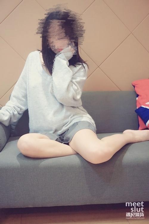 色白美乳&パイパンな中国素人女性の調教ヌード画像 1