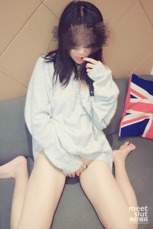 色白美乳&パイパンな中国素人女性の調教ヌード画像 3