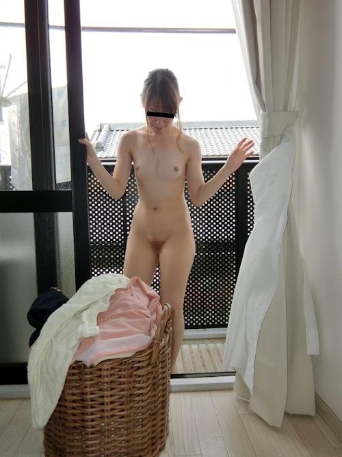 全裸で洗濯物を干す素人女性のヌード画像 2