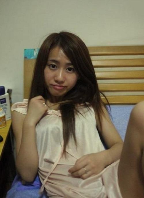 中国の19歳美人女子大生の自分撮りマ○コ画像 1