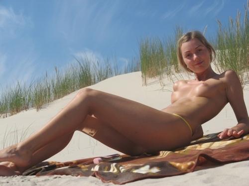 美乳な金髪の西洋素人美少女のヌード画像 4