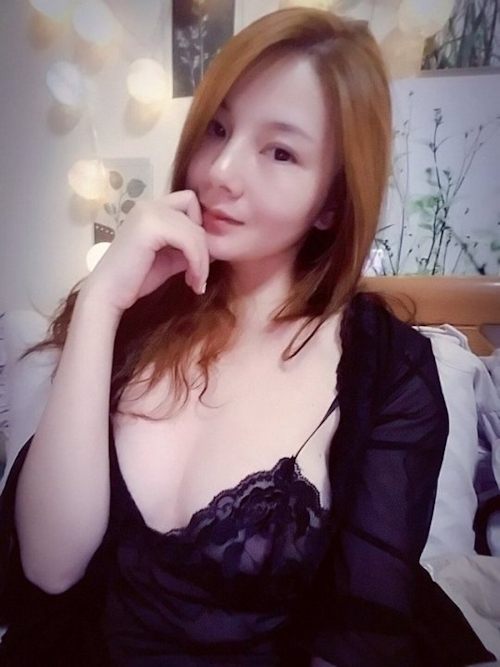 美乳な中国素人美女の自分撮りヌード画像 1