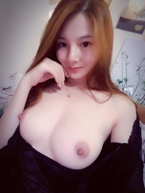 美乳な中国素人美女の自分撮りヌード画像 3