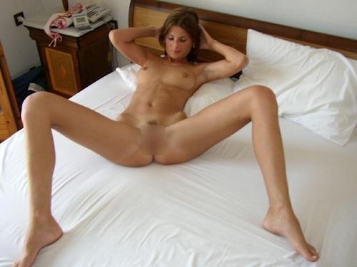 スレンダーな西洋美人妻のプライベートヌード画像 9