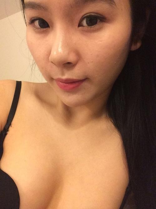 中国の素人美女の自分撮りトップレス画像 1