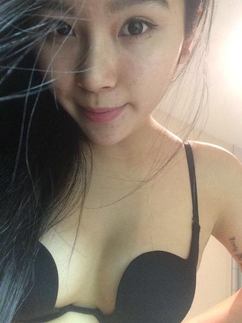 中国の素人美女の自分撮りトップレス画像 2