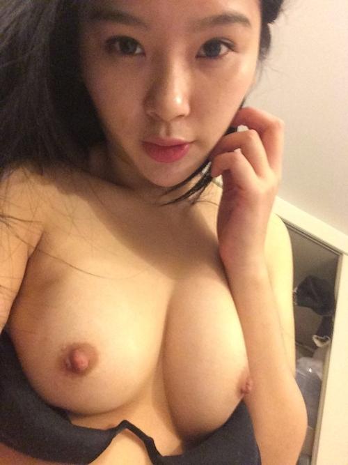 中国の素人美女の自分撮りトップレス画像 4