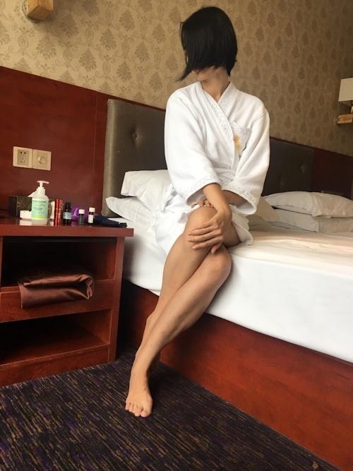 全裸でマッサージを受けてる素人女性のヌード画像 1