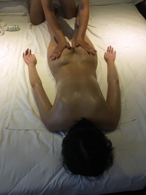 全裸でマッサージを受けてる素人女性のヌード画像 3