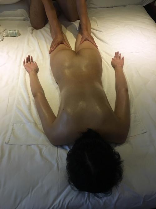 全裸でマッサージを受けてる素人女性のヌード画像 4