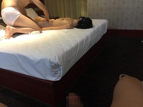 全裸でマッサージを受けてる素人女性のヌード画像 13